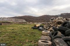 Automobilske-gume-bacene-na-deponiju-Desetine-u-tuzlanskim-Moluhama