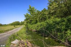 Kalesija-drenazni-kanal-uz-cestu-pored-deponije-u-koji-se-slijevaju-otpadne-vode.