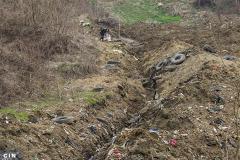 Mjestani-traze-sekundarne-sirovine-u-kanalu-procijednih-voda-na-deponiji-Desetine-u-tuzlanskim-Moluhama