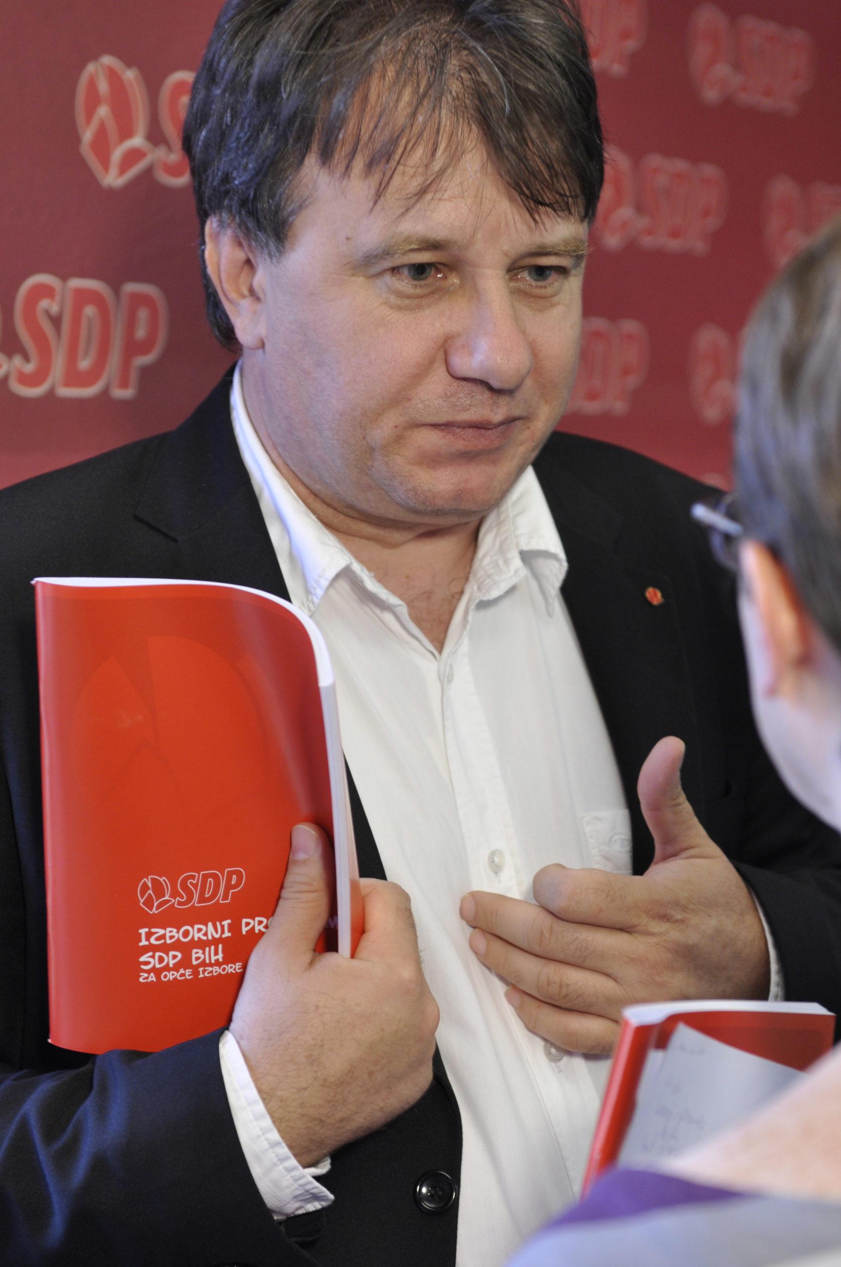 Premijer FBiH Nermin Nikšić i njegova supruga Nadija danas imaju dva stana, vikendicu i skupocjeni automobil. 2002. godine su imali samo automobil od 5.500 KM. (Foto: CIN)
