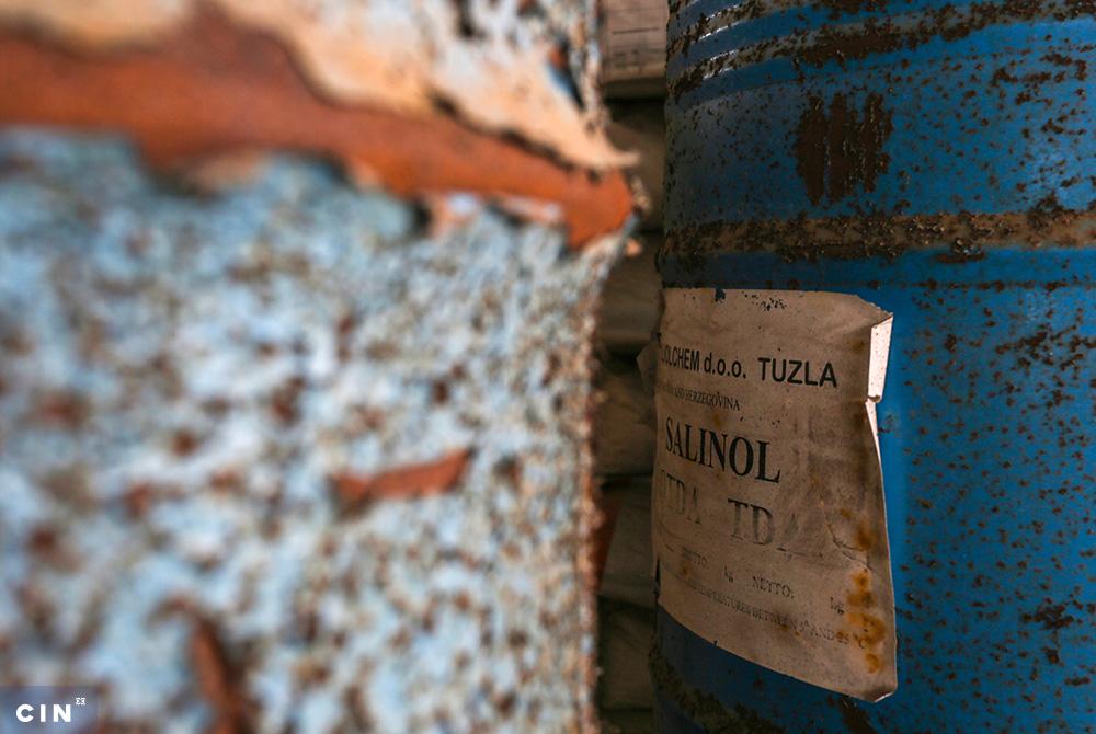 Burad-sa-nepoznatim-sadržajem-ispred-napuštene-zgrade-u-industrijskom-krugu-HAK-Tuzla-2