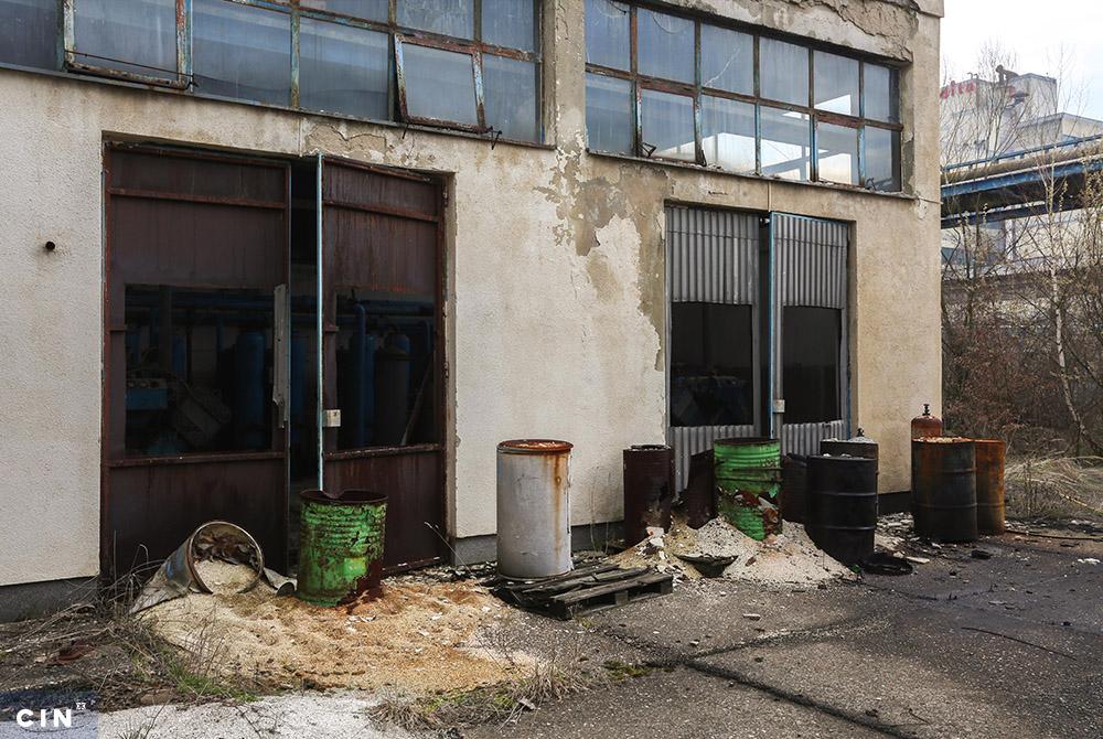 Burad-sa-nepoznatim-sadržajem-ispred-napuštene-zgrade-u-industrijskom-krugu-HAK-Tuzla