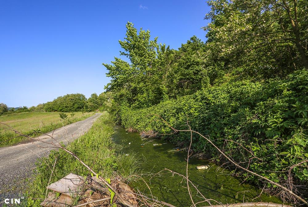 Kalesija-drenažni-kanal-uz-cestu-pored-deponije-u-koji-se-slijevaju-otpadne-vode.