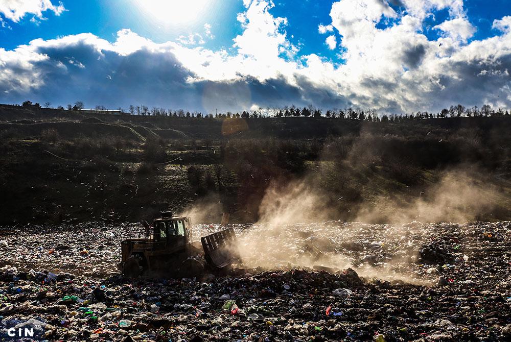 Radna-mašina-razvlači-otpad-po-plohi-deponije-Smiljevići.